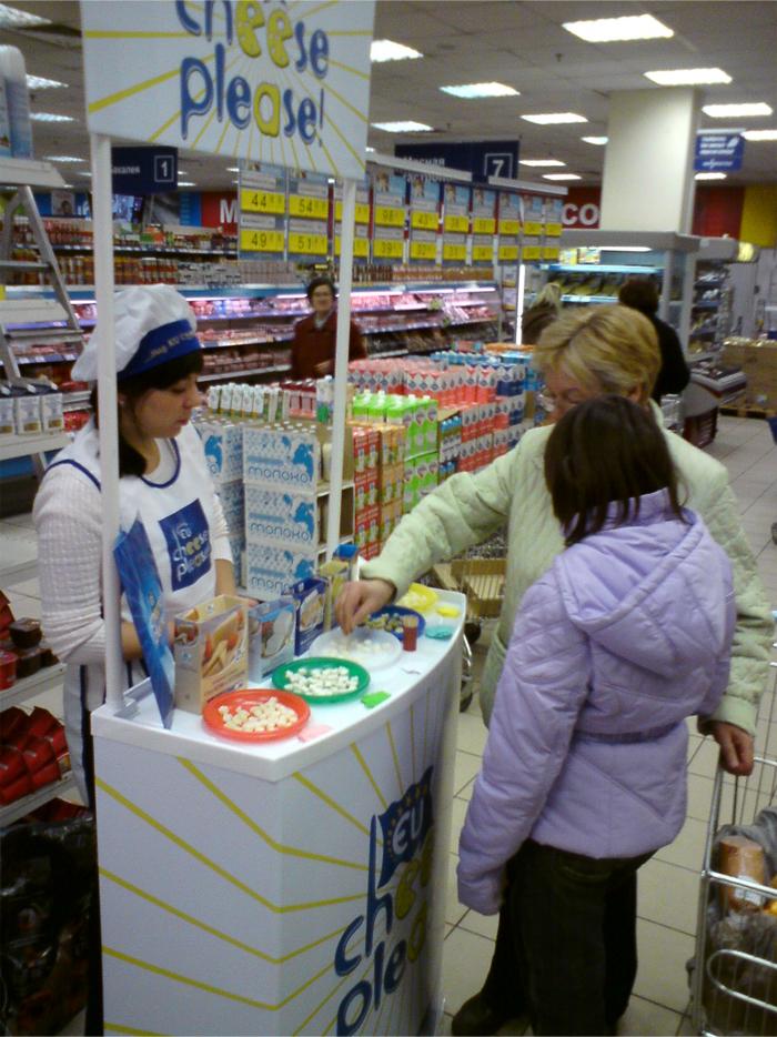 Дегустация сыра в супермаркете