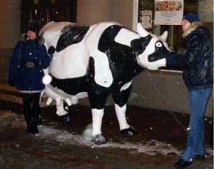 """Корова возле кафе """"Му-му"""", Старый Арбат, Москва"""