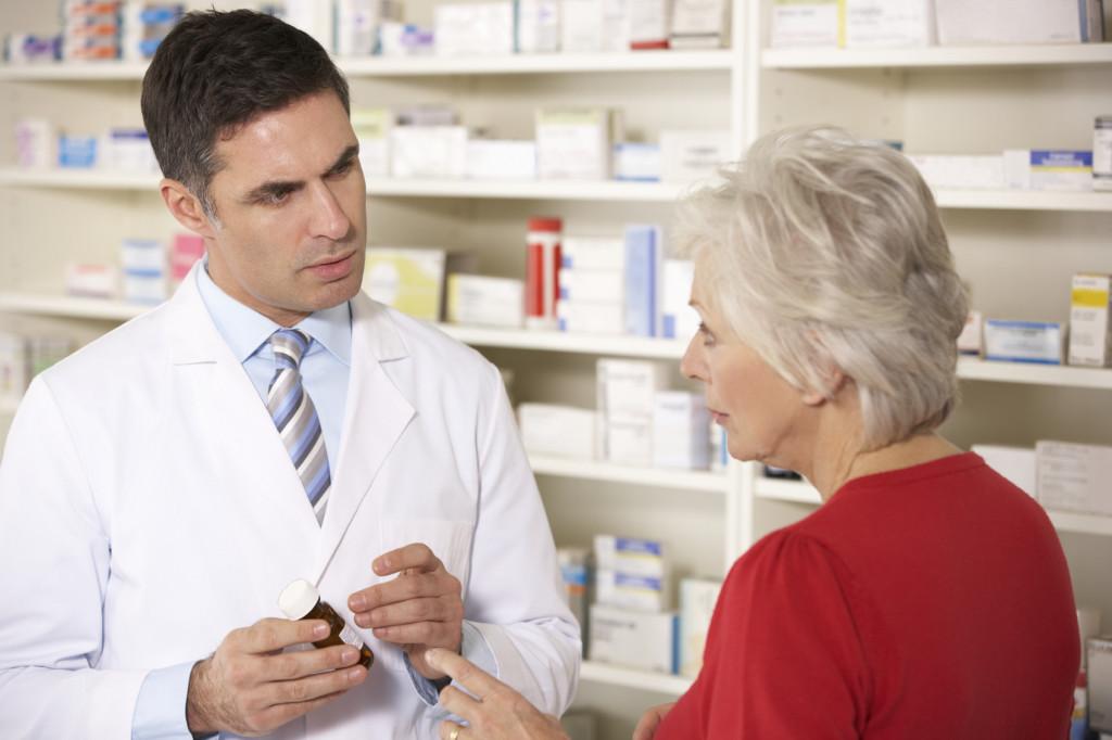 Пожилые люди в аптеке