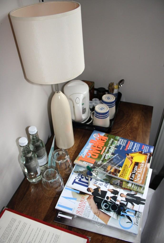 Рекламный журнал на столике в номере отеля