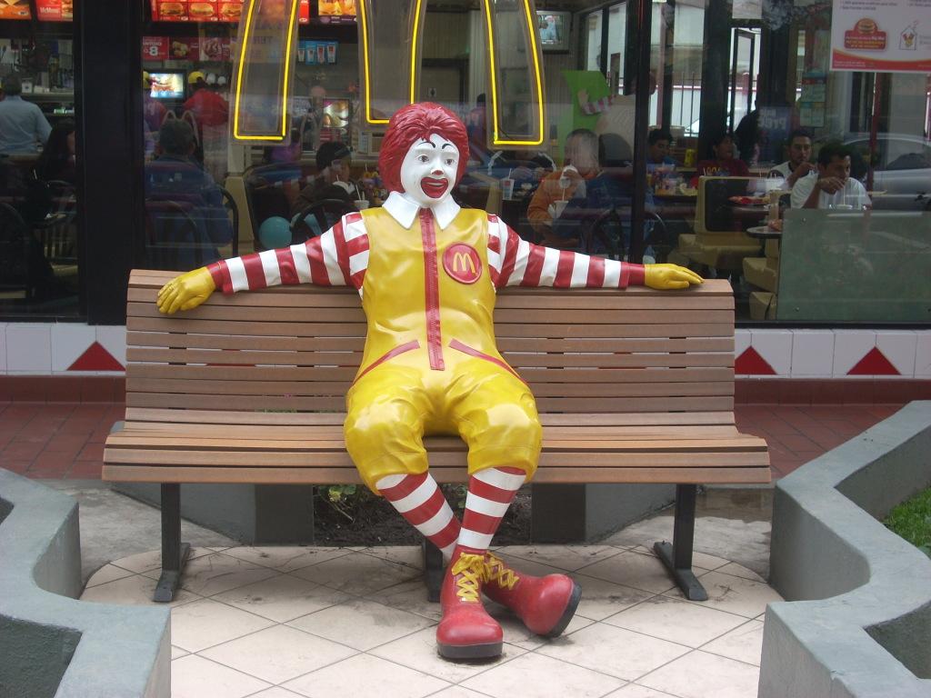 Роналд Макдоналд перед рестораном