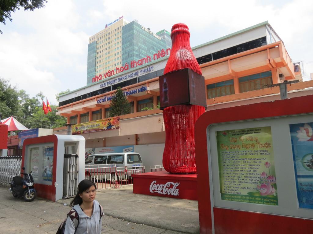 Большая банка Кока-колы перед супермаркетом