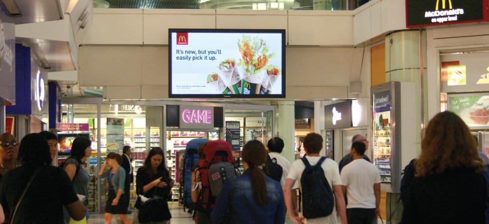 digital-реклама Макдоналдс в торговом центре