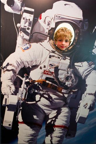 Фотостенд с отверстием для лица в виде космонавта