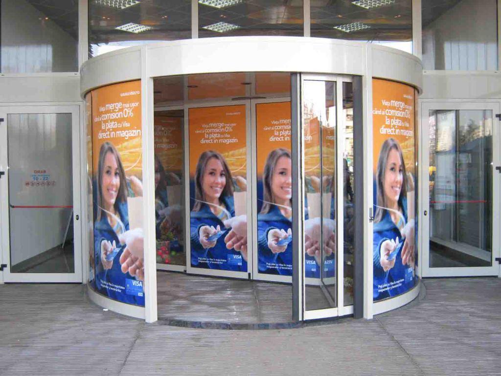 Размещение рекламы на дверях ТЦ