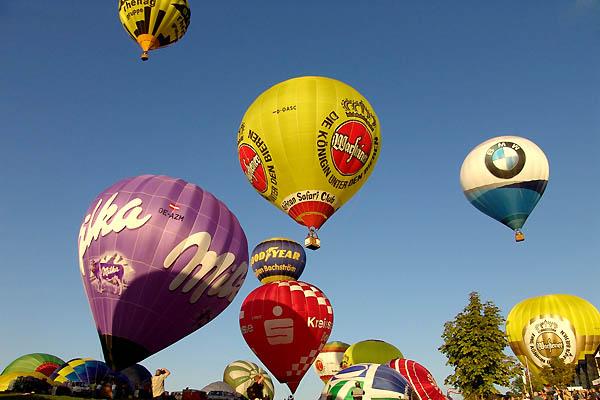 Реклама и воздушные шары в небе